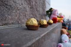 <strong>К месту скорби несли не только цветы с игрушками, но и конфеты</strong>
