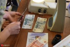 <strong>На специальном оборудовании можно было проверить подлинность ранее выпущенных банкнот и получить консультацию специалиста</strong>