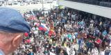 Участники акции расположились у входа в супермаркет