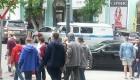 Участники уличной акции двигаются по улице Посьетской в сторону памятника вице-адмиралу Степану Макарову