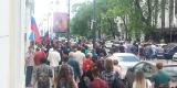 Участники уличной акции двигаются по улице Светланской в сторону памятника вице-адмиралу Степану Макарову