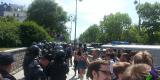 Многие подходили сфотографировать полицейских и даже сделать на фоне их строя селфи