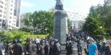 """Полицейские """"зачистили"""" площадку вокруг памятника. Им помогали бойцы ОМОНа"""