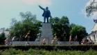 Участники фестиваля казачьей культуры у памятника Владимиру Ленину