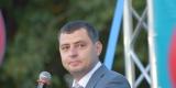 <strong>После некоторой задержки (митинг должен был начаться в 18:00) на сцену вышел предприниматель Андрей Гусев, который в ходе своего шестиминутного выступления постарался наладить диалог с публикой</strong>
