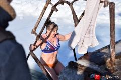 """<strong>Один за одним """"моржи"""" окунались в ледяную воду, кто-то проплывал по всей длине проруби, а кому-то было достаточно лишь окунуться</strong>"""