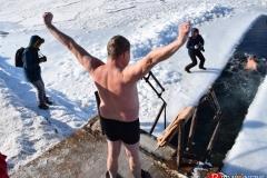 """<strong>""""Моржи"""" с большим удовольствием окунались в ледяную воду</strong>"""