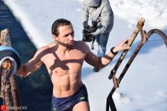 """<strong>Этот """"морж"""" провел в воде дольше других, сперва он немного посидел в ледяной воде, а после чего вышел из нее</strong>"""