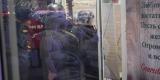 <strong>За дверью в торговый центр Clover House находятся сотрудники МЧС и полицейские (никого не пускают)</strong>