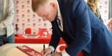 <strong>Участники пресс-конференции расписались на праздничной ленте с логотипом KFC</strong>