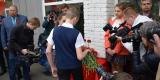 <strong>После минуты молчания присутствующие возложили цветы к мемориальной доске</strong>