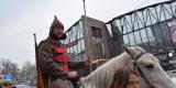 <strong>В этом году были задействованы три белых лошади, на которых верхом ехали представители партии КПРФ, одетые в форму красногвардейцев</strong>