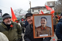 <strong>Горожане шли с портретами Ленина, Сталина, несли советские знамёна и красные шары</strong>