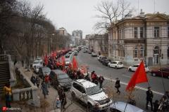<strong>Традиционно перед красной колонной ехал автомобиль, из кузова которого громко играли советские песни, озвучивались различные патриотические лозунги и доносились исторические факты.</strong>