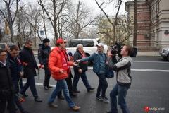 <strong>Прямо на ходу у депутата Артёма журналисты берут интервью</strong>