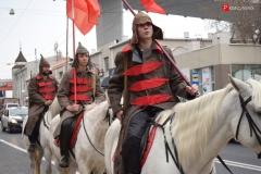 <strong>Примечательно, что в этом году были задействованы три белых лошади, на которых верхом ехали представители партии КПРФ, одетые в форму красногвардейцев</strong>