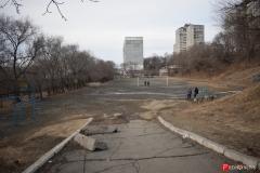 <strong>Рядом со школой расположена относительно ровная площадка, которая используется для занятий физкультурой и прогулок горожан</strong>