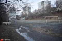 <strong>По словам молодого человека, который пару лет назад окончил 58 школу, играть в футбол на этом стадионе опасно для здоровья</strong>
