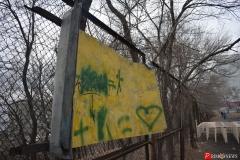 <strong>Металлический лист на заборе торчит острыми углами, что представляет опасность для занимающихся спортом</strong>