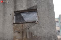 <strong>Защитная металлическая решетка на окне школы вот-вот оторвется и может упасть кому-нибудь на голову</strong>