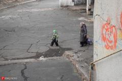 <strong>По словам местной жительницы, которая проводит здесь время с внуком, отпускать детей гулять по территории школы опасно - нужно постоянно следить за тем, чтобы ребенок не наткнулся на металлический штырь или обломок железобетонной плиты</strong>