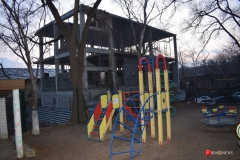 <strong>В считанных метрах от жилого дома, детской площадки и административных зданий ведется строительство некоего сооружения, в законности которого горожане сомневаются</strong>