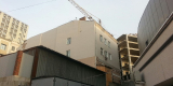 Башенный кран возвышается над жилым домом №25 по улице Тигровой