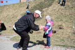 <strong>Николай Смирнов помогает маленькой участнице субботника надеть рабочие перчатки</strong>