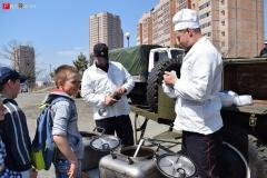 <strong>Когда субботник завершился, всех его участников пригласили отведать солдатской каши и попить горячего чая, которые приготовили повара из воинской части</strong>