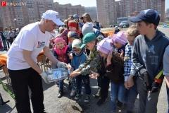 <strong>Сергей Мильвит помогает детям помыть руки перед приемом пищи</strong>