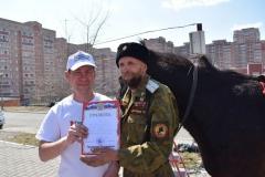 <strong>Николай Смирнов вручает грамоту казаку</strong>