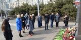 <strong>Владивостокцы в память о погибших в Кемерово несут цветы и игрушки на центральную площадь и к Покровскому храму</strong>