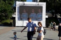 <strong>У центрального фонтана установили экран, на котором транслируются выступления корейских коллективов</strong>