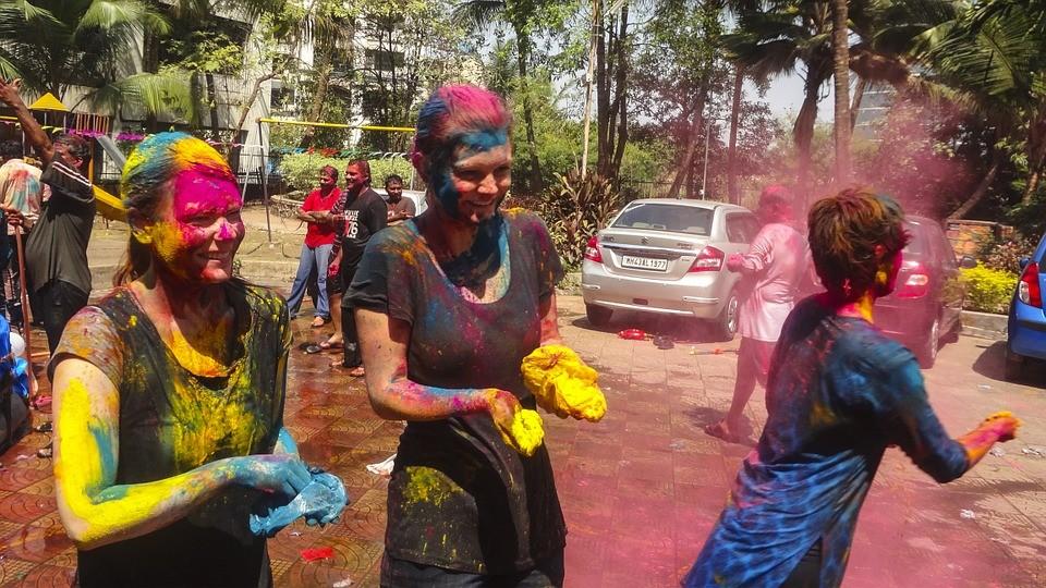 Семь цветов счастья: владивостокцы раскрасили друг друга на фестивале красок «Холи»