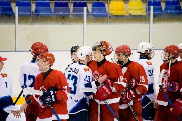 Хоккеисты «Тайфуна» проиграли «Русским витязям»