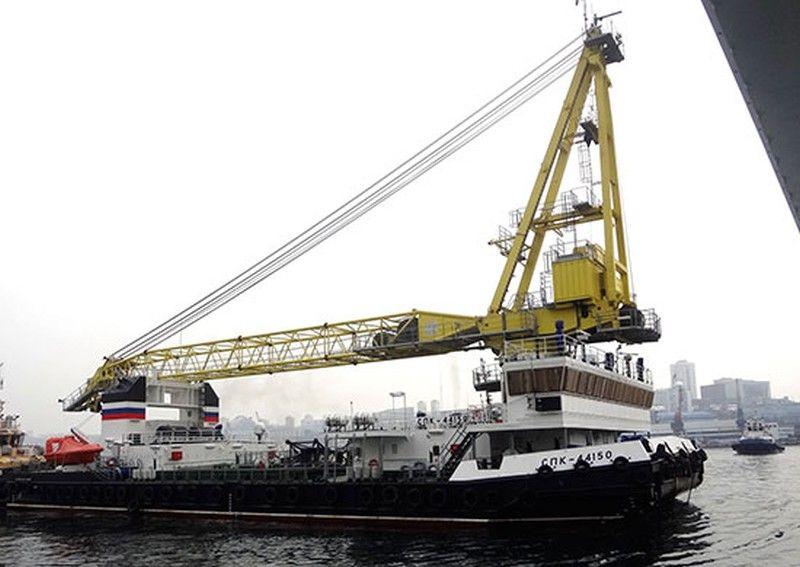 Во Владивостоке подняли флаг на новейшем самоходном плавучем кране «СПК-44150»