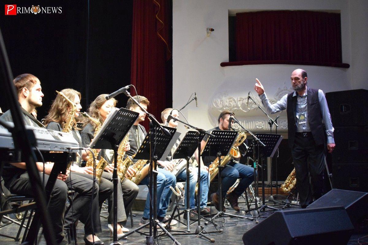 Пятый день джазового фестиваля во Владивостоке завершился трансляцией концерта группы Headhunters