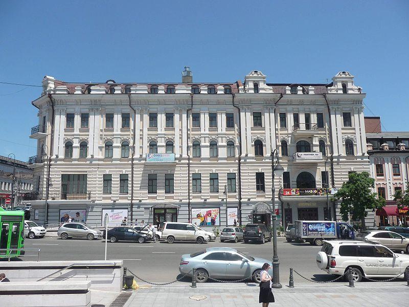 «Джазовый камнепад»: фасад здания Приморской филармонии частично разрушился