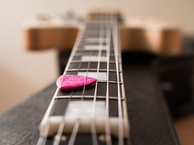 Во Владивостоке у музыканта украли дорогую гитару