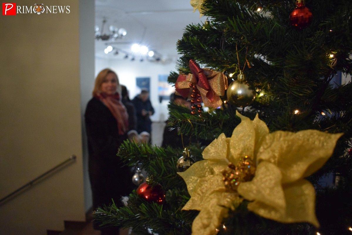 Приморские художники открыли рождественскую выставку