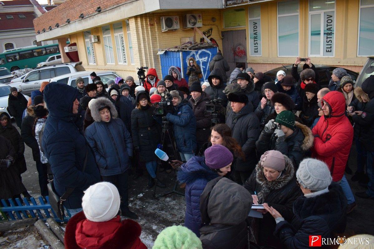 Строительство супермаркета в центре Владивостока: недовольные жильцы вышли на собрание
