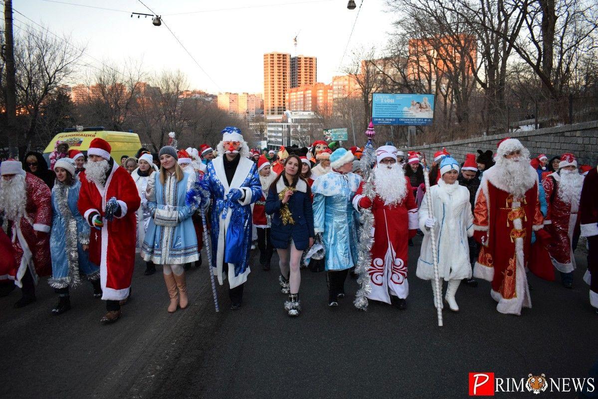 По Океанскому проспекту Владивостока прошлись Деды Морозы и Снегурочки