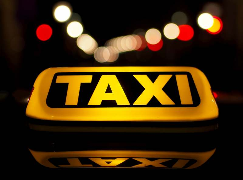 Человек погиб под колёсами такси в Приморье