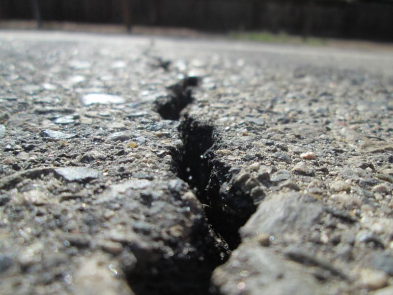 Огромная яма образовалась на оживлённой дороге в Приморье