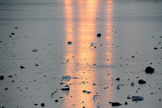 Необычное явление: на озере Ханка в Приморье лёд «выдавило» на берег