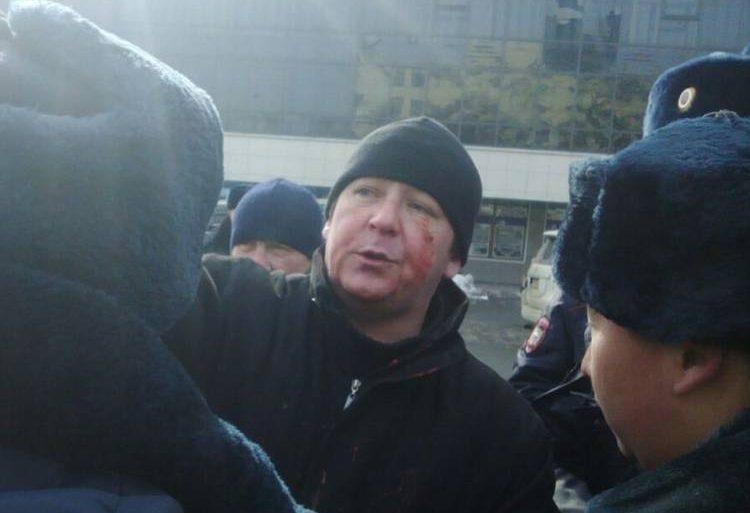 Во Владивостоке во время митинга в защиту скверов избили видеоблогера