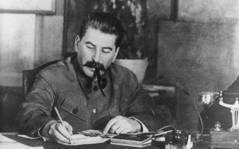 Студенты ДВФУ «собирали» СССР и рисовали на себе усы Сталина