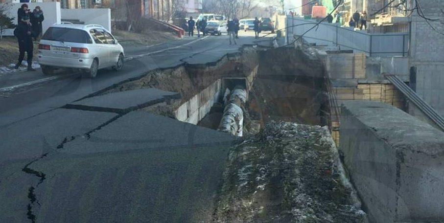 Во Владивостоке у строящегося дома обрушилась часть дорожного полотна