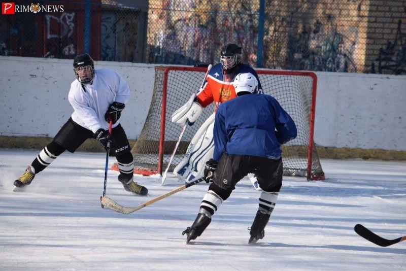 Во Владивостоке проходит турнир по дворовому хоккею на кубок главы города — мэрия