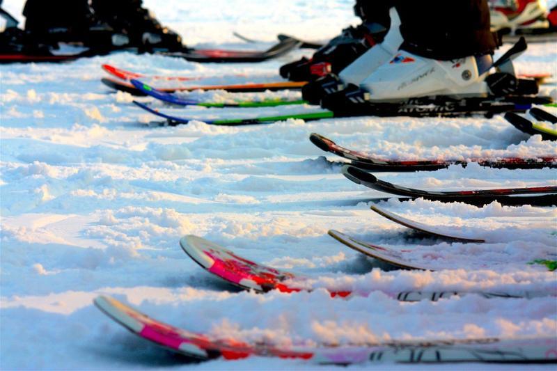 Горнолыжники Приморья завершили сезон массовым спуском в купальниках